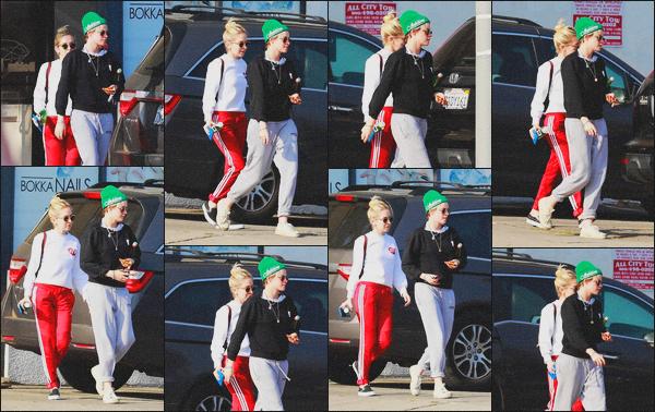 . 20.04.19 - Kristen Stewart a été aperçue avec Sara Dinkin quittant un magasin dans les rues de'' ▬ ''Los Angeles, CA Enfin une nouvelle sortie de la belle, après être restée cacher pendant plus d'un mois. Elle quittait une épicerie avec Sara c'est un petit bof .