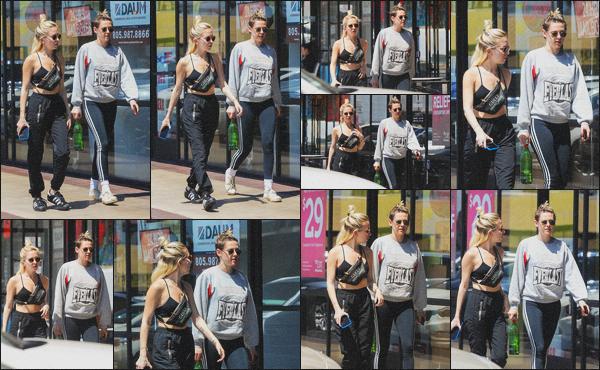 . 22.04.19 - Kristen Stewart a été aperçue avec Sara Dinkin lors d'une balade dans la ville de'' ▬ ''Los Angeles, en CA. C'est avec une tenue de sport que nous retrouvons Kristen toujours avec Sara se baladant dans les rues de Los Angeles. J'accorde un flop .