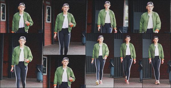 . 29.04.19 - Kristen Stewart a été vue quittant un salon de manucure, se situant dans le quartier   de'' ▬ ''Hollywood ! Notre actrice a été vue quittant seule le salon de manucure se situant dans Hollywood.. Tenue assez basique, je lui accorde un petit bof.. .