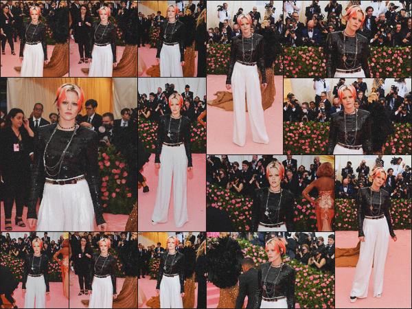 . 06.05.19 - Kristen Stewart s'est rendue à la cérémonie du « Met Gala » qui se déroulait dans la ville de'' ▬ ''New York Cette année le « Met Gala » avait comme thème Camp qui signifie le non-naturel, l'artifice et l'exagération ! Kristen est bien dans le thème .