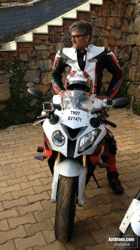Ajith avec sa moto BMW S1000RR