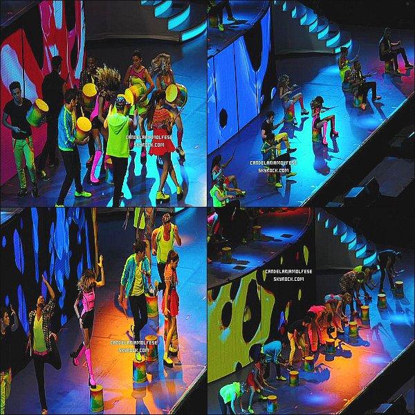 ' • • • Découvrez des photos des concerts de la tournée ViolettaLive Les photos ont été prise par les nombreux fans qui ont assisté aux concert, les photos sont donc de mauvaise qualité. Cande est ravissante.. '