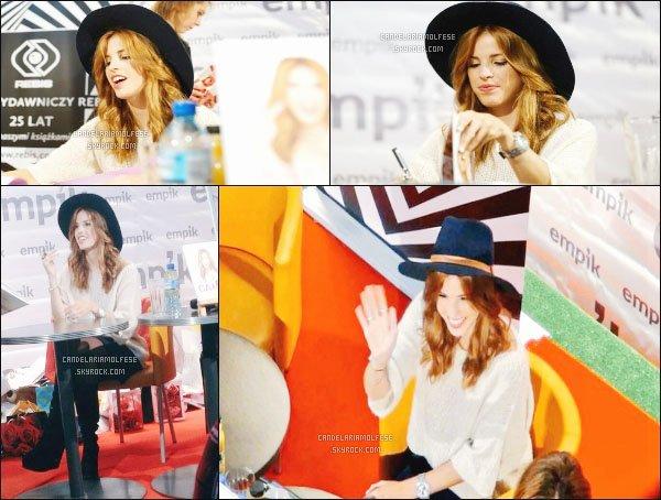 ' 31/02/16 : Voici des photos de la belle Candelaria durant la dédicace de livre à Cracovia,qui se situe en Pologne. Cande est toujours aussi souriante, cela se voit qu'elle est heureuse avec tout ce qui lui passe! Pour sa tenue; un TOP, ce chapeau lui va à merveille. '