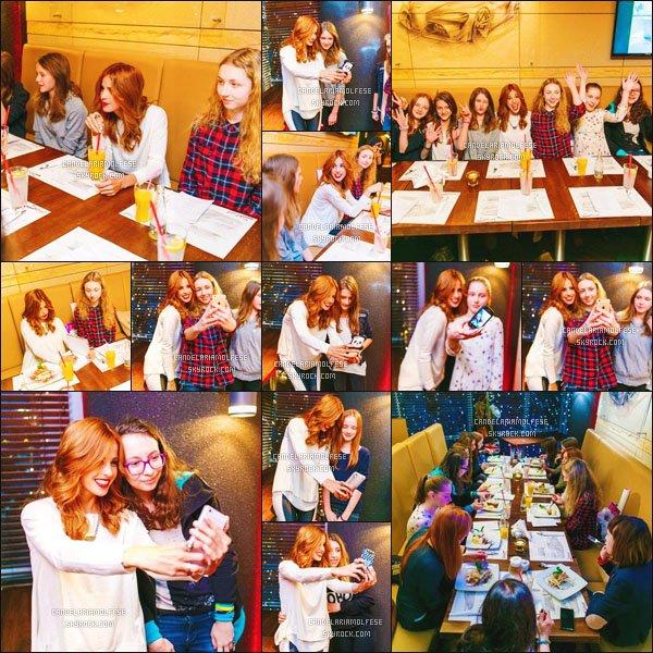 ' Photos de la magnifique rousseCandelaria M.avec des fans dans un restaurant à Cracovie, il y a deux semaines. Les photos sont de super bonne qualitée. On peut voir que la belle Candeaime beaucoup ces fans rien qu'à voir ces photos, toujours aussi gentille! '