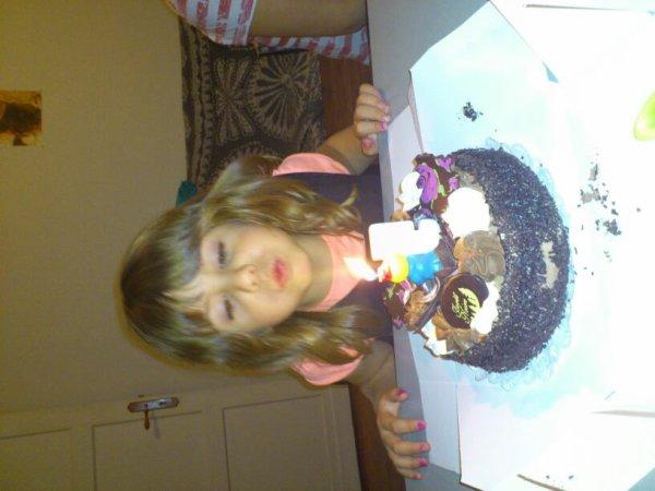 Ma princess avan son gâteau pr c 5ans elle étai contente je t'aime ma princess .....