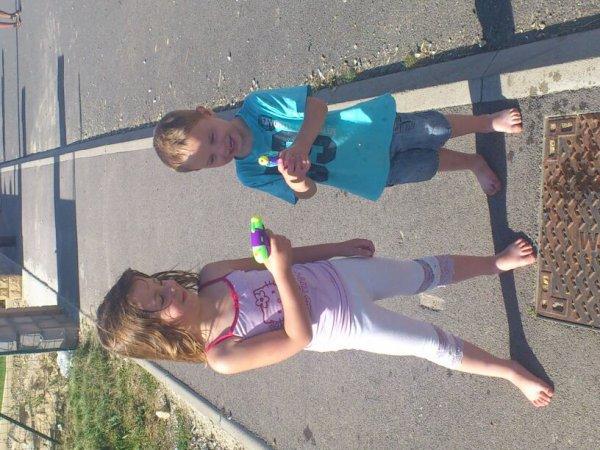 Ma princess et mon minimoi ki fon une bataille de pistolet à eau  il étai heureux ts les deux ....je vs aime mes bb