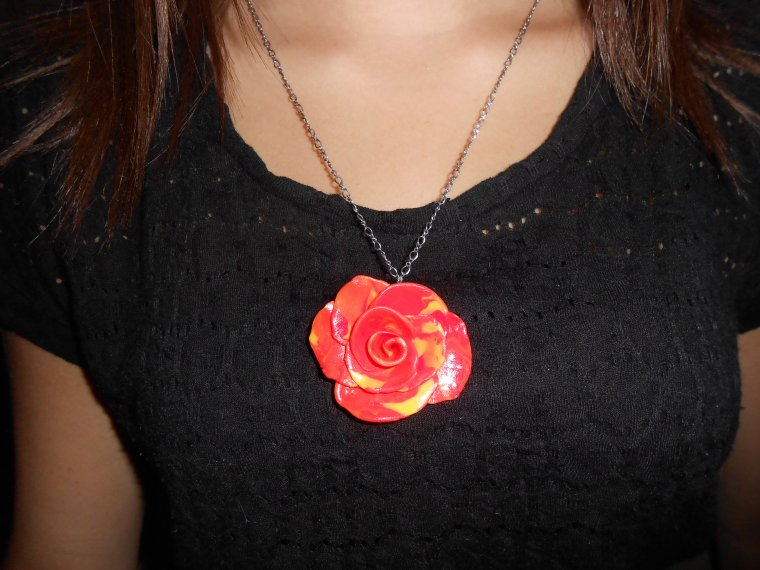 Collier en forme de rose