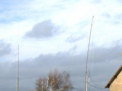 en premier plan l antenne levy   de 2 fois 20m a 13m du sol  cote gauche les verticales 80 et 40m --------------(center-fed two time 65 feets ) with symetrique wires
