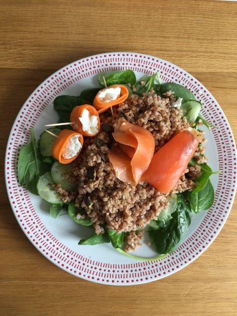 Salade pousses d'épinards, sarrasin grillé et truite fumée