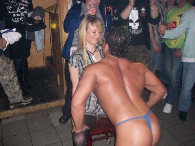 Stripteaseur à domicile , Striptease chippendaele gogo dancer masculin