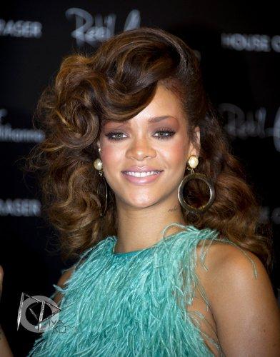 | 19 Août  Rihanna fait la promotion de Reb'L Fleur au Royaume Uni