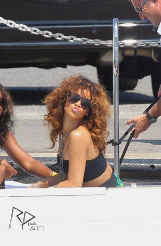 22 Août 2011 Rihanna embarque sur un yacht en France