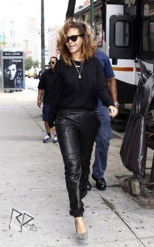 10/09/11  Rihanna quitte son hôtel à New-York