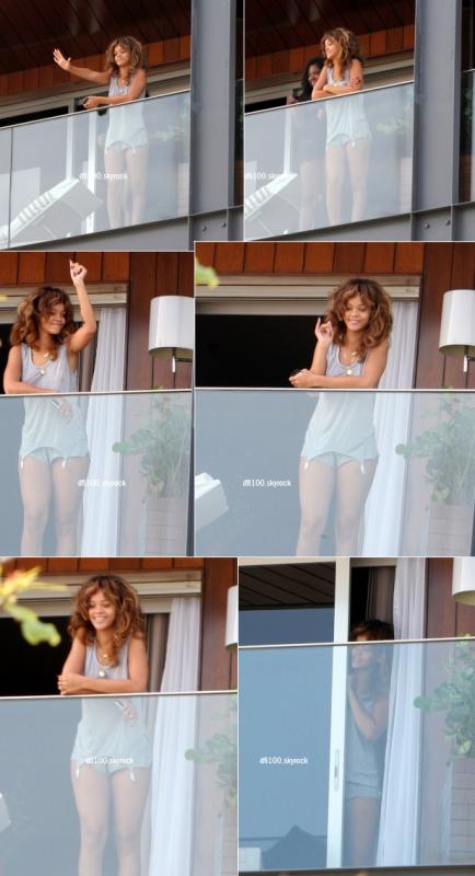 19/09/11 Rihanna apparaît sur le balcon de son hôtel à Rio de Janeiro