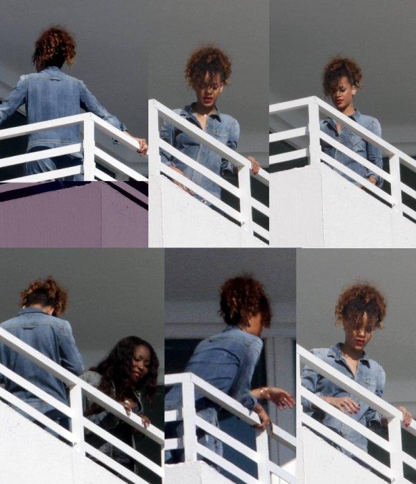 31/12/11                    Rihanna sur le balcon de son hôtel à Miami