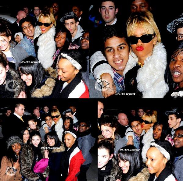 20/02/12             Rihanna pose avec des fans devant son hôtel à Londres