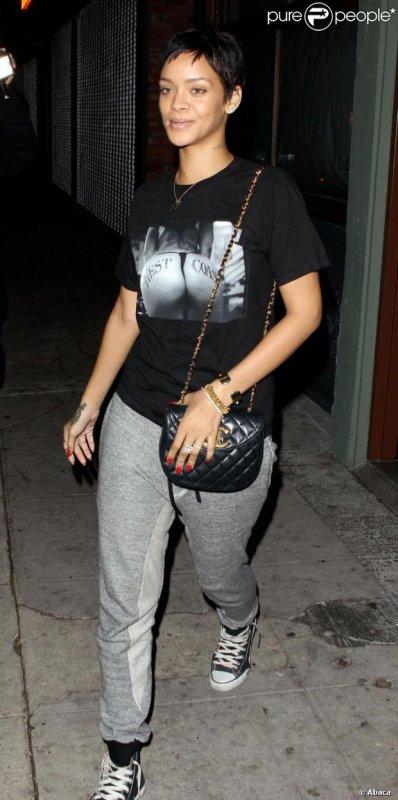 Le 13/10/12:         Rihanna se rend dans un salon de tatouages à Los Angeles