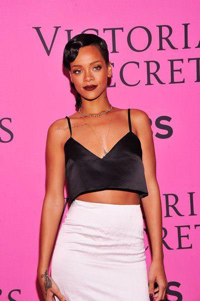 Rihanna pose pour les photographes ( Victoria's Secret )