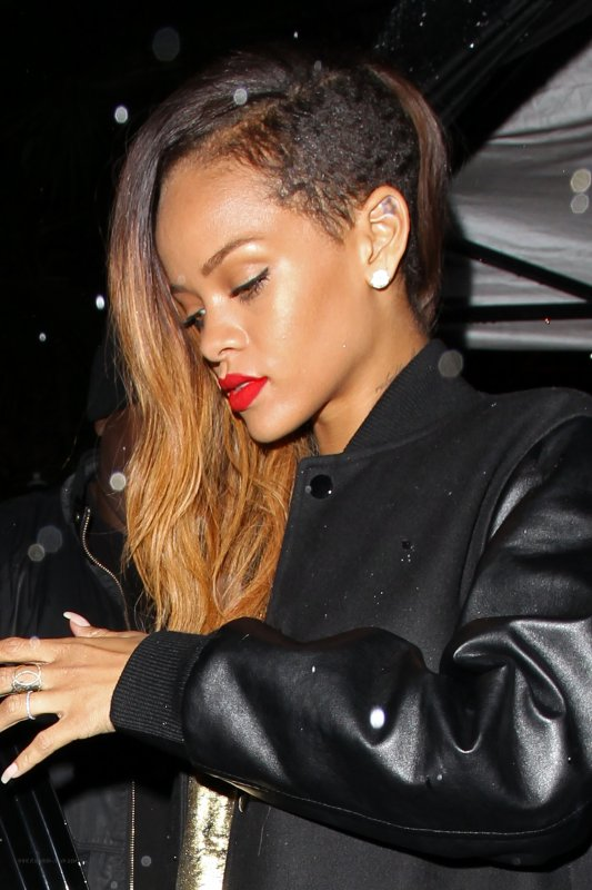 Rihanna quitte un club à Los Angeles