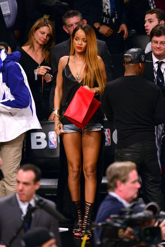 Le 04 Mai 2013       Rihanna à un match de NBA à New York (Nets de Brooklyn vs Chicago Bulls)( ET NOUVELLE COUPE DE CHEVEUX!!!)