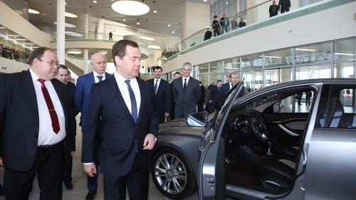 Le Premier Ministre russe à la rencontre des LADA VESTA et LADA XRAY !!!
