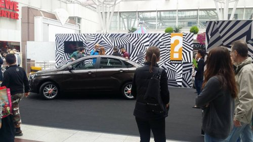 Une mystérieuse voiture crée l'émoi dans un centre commercial de Francfort !!!