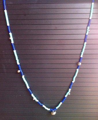Collier LCDK: Décliné en bleu.
