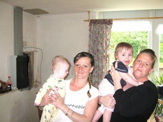 moi avec ma grande soeur et deux de mes enfants