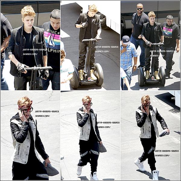 . 07/07/12Justin Bieber est actuellement à Los Angeles où il tourne le clip de As Long As You Love Me. Retrouvez plusieurs photos dans la galerie. Vous avez hâte de voir ce clip? :)  • Et j'aimerais faire un point concernant les commentaires de nos articles. Vous pouvez en poster autant que vous le souhaitez, si ils ne sont pas validé dans la seconde, c'est normal, nous devons les valider un par un alors n'hésitez pas, cette fonction fonctionne bel et bien!