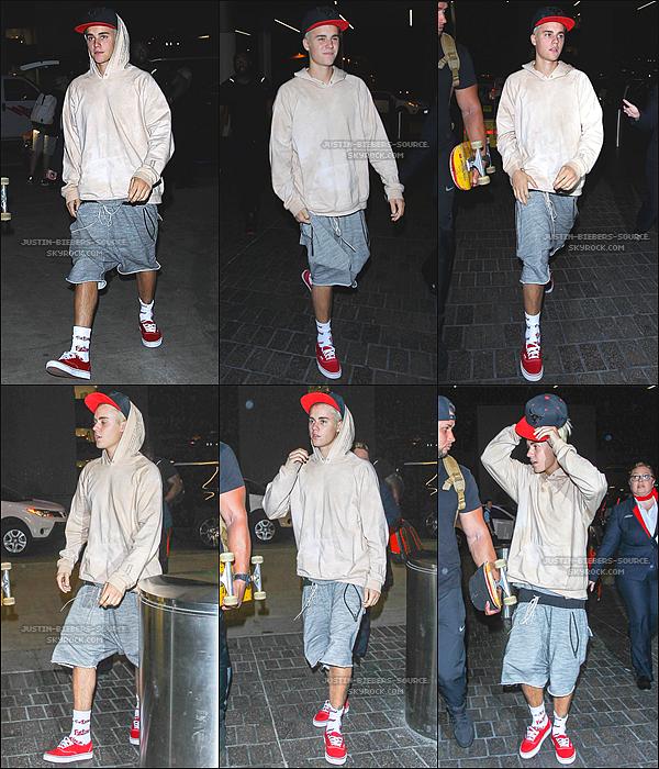 Le 25 septembre, Justin à été vu a l'aéroport de LAX à Los Angeles, en Californie.