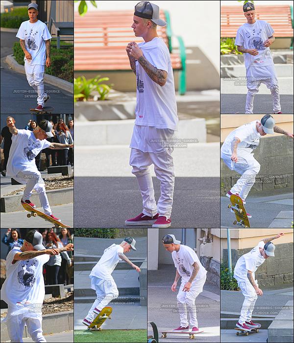 Le 27 septembre 2015, Justin à été vu faisant du skateboard à Treasury Place dans Melbourne, en Australie. + Le 27, Justin à été aperçu dans les rues de Melbourne.