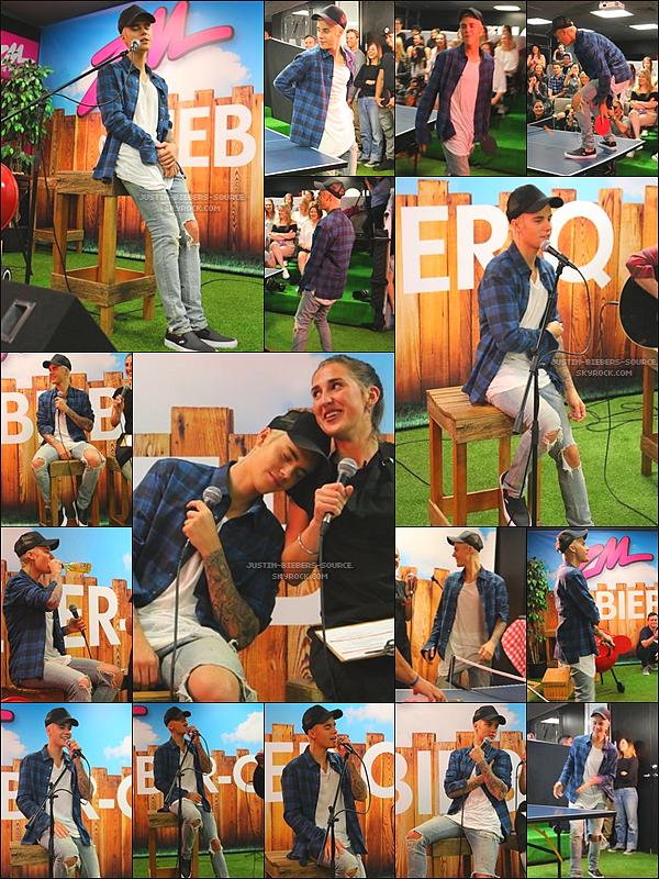 1.10 -  Justin à ZMONLINE, NOWA ZELANDIA +Le 2 octobre : Justin avec fans(ventilateurs) à l'aéroport dans Auckland, la Nouvelle-Zélande.
