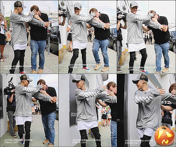 Le 15 octobre : Justin a découvert en Beverly Hills, la Californie+L'entretien de Justin avec Jono et Ben+ Le 15 octobre :  Justin et James Corden tacheté en Beverly Hills, la Californie.