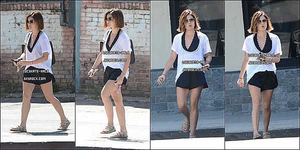 .   24/06/15 : Lucy  - pas très souriante - a été repérée quand elle se promenait dans les rues de West  Hollywood.. Côté tenue, Lulu H' ne portait pas une tenue très élaborée. Petit haut blanc, short noir et scandales; parfait pour une après-midi ensoleillée!  .