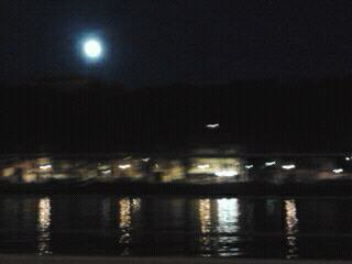 pleine lune sur la ville