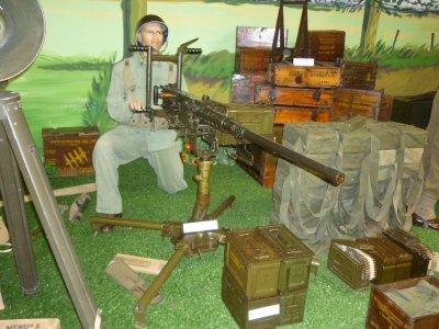 Soldat Américain en position de tir avec une mitrailleuse de 50