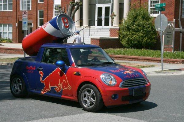 Voiture Mini au couleur de Red Bull