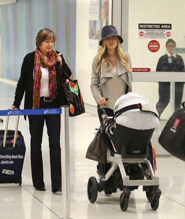 Kristin Cavallari a été aperçue à l'aéroport LAX avec sa maman et son fils à Los Angeles   le 15 novembre 2012