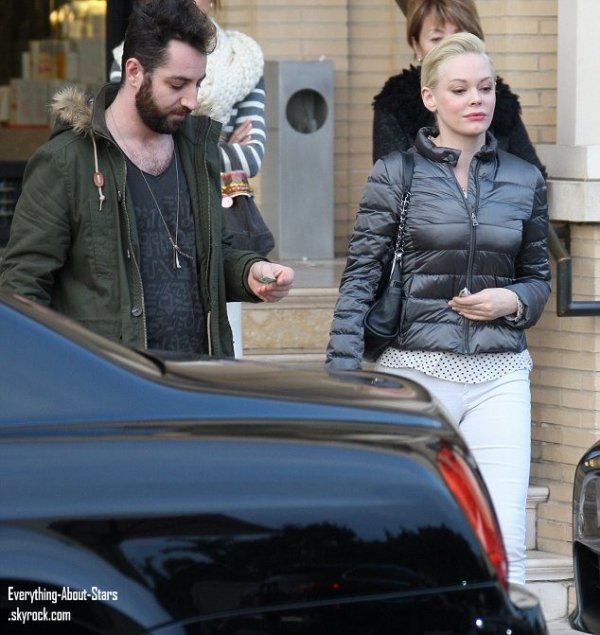 Rose Mcgowan et son boyfriend Davey Detail en train de faire du shopping à Beverly Hills  le 28 Décembre 2012