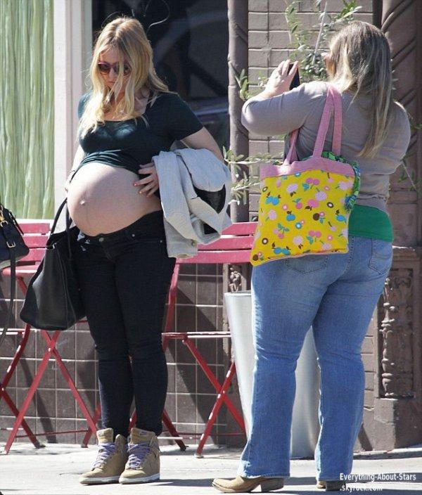 Kristen Bell a était photographié par les paparazzis alors qu'elle était avec des amis, elle en a  profiter pour montrer son gros ventre   Le 27 Février 2013