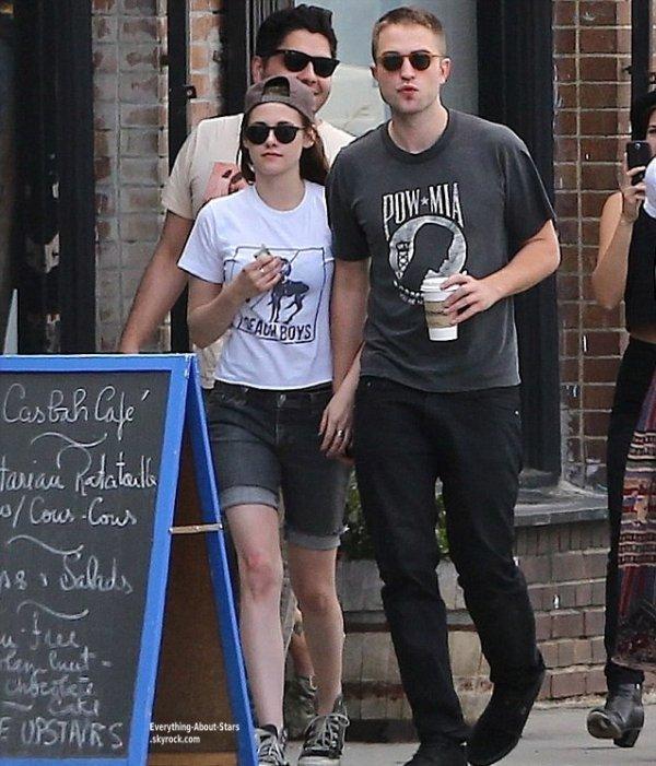 Le couple Kristen Stewart et Robert Pattinson, aperçuent dans les rues de Los Angeles    Le 4 Avril 2013