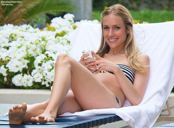 Kristin Cavallari en pleine séance photo au bord d'une piscine à Los Angeles    Le 2 Juin 2013
