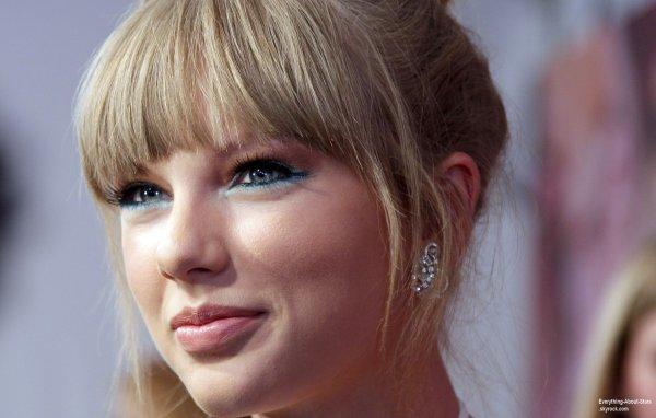 Taylor Swift sur le tapis rouge des   2013 Fragrance Foundation Awards à New York  Le 12  juin  2013