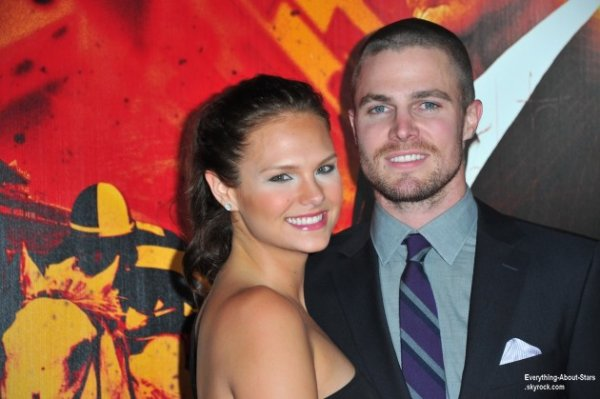 Stephen Amell, l'acteur d'Arrow et sa femme --' Cassandra Jean attendent leur premier enfant !