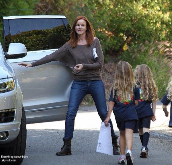 Marcia Cross aperçue devant chez elle avec ses enfants à Los Angeles  Le 13  juin  2013