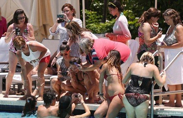 Harry Styles et Niall Horan en train de s'amuser à la piscine de leur hôtel à Miami  Le15  juin  2013