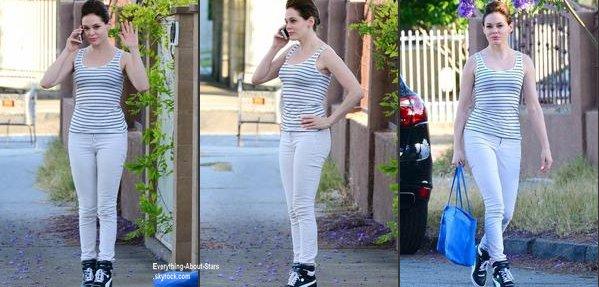 Rose McGowan repérée au téléphone dans les rues de Los Angeles  Le 21 juin  2013