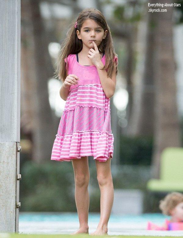 31/12/13: Katie Holmes et sa fille Suri repérée à la piscine à Miami