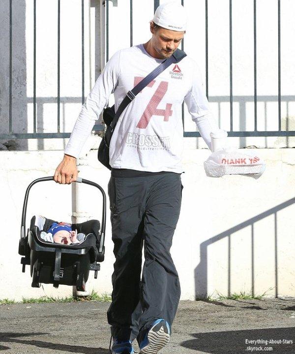 02/01/14: Josh Duhamel a été repérée se rendant déjeuner avec son fils Axl à Los Angeles