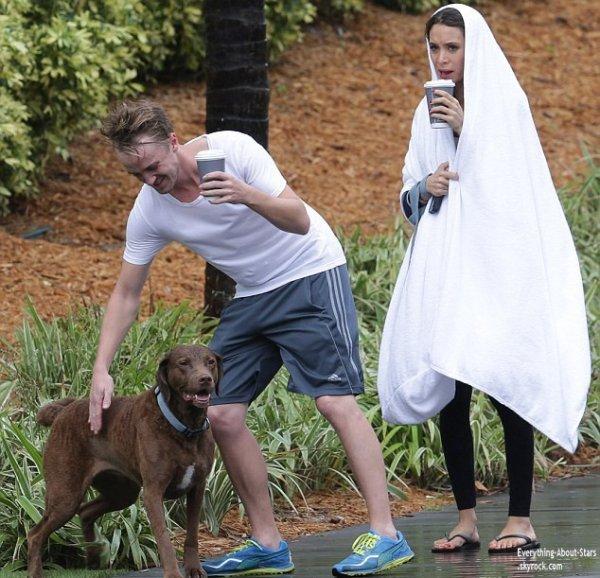 03/01/14: Tom Felton et sa petite amie Jade Olivia aperçue en train de se promener avec leur chien dans les rues de Miami